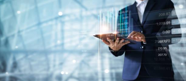homme d'affaires à l'aide de la tablette, analyse de données sur les ventes et graphique microsoft graph de la croissance économique.  stratégie d'entreprise.  marketing numérique. - graph photos et images de collection