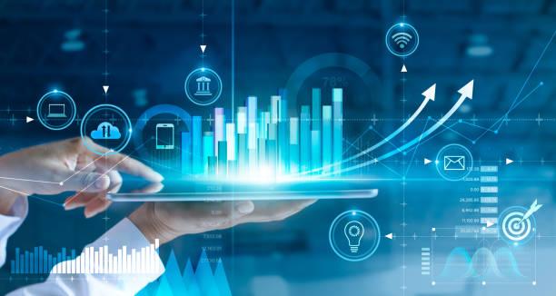 geschäftsmann mit tablet-analyse von verkaufsdaten und wirtschaftswachstumsgrafik diagramm. geschäftsstrategie. abstraktes symbol. digitales marketing. - geschäftsstrategie stock-fotos und bilder