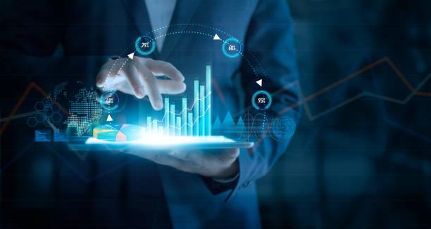businessman utilizando tabletas que analizan datos de ventas y gráficos de crecimiento económico en la interfaz virtual. estrategia de negocio. icono abstracto. marketing digital. - inversión fotografías e imágenes de stock