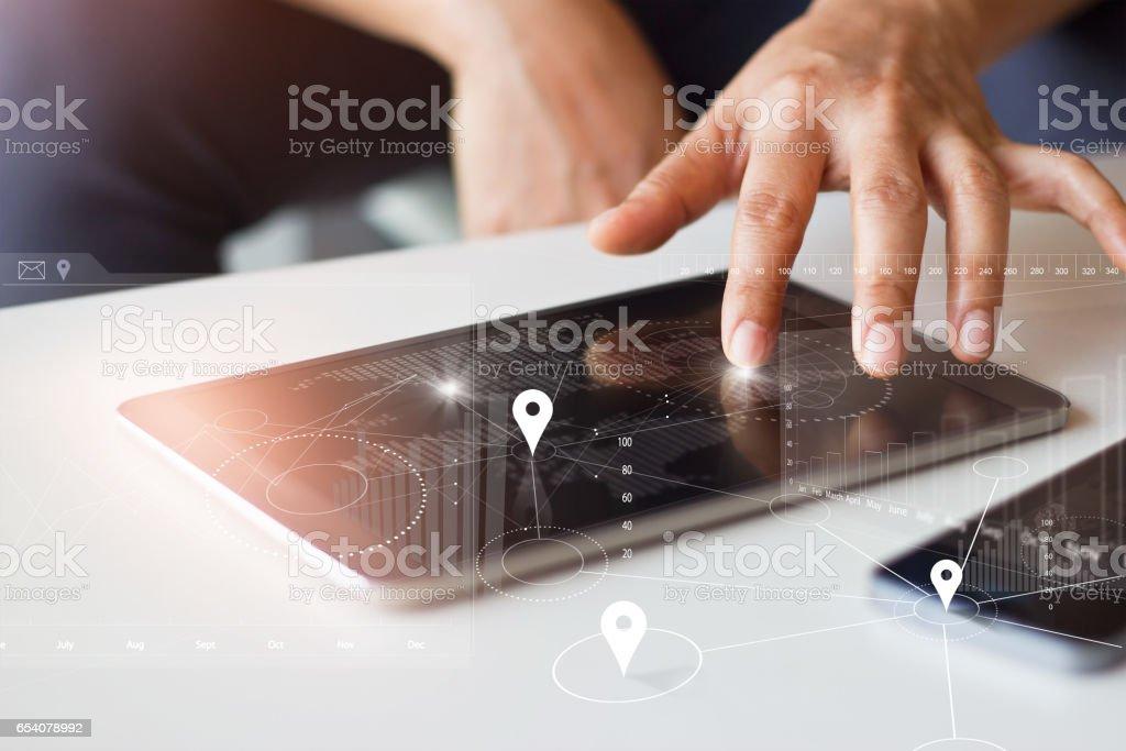 Empresario con tablet y smartphone con tecnología de conexión en todo el mundo de la red global en pantalla virtual - foto de stock