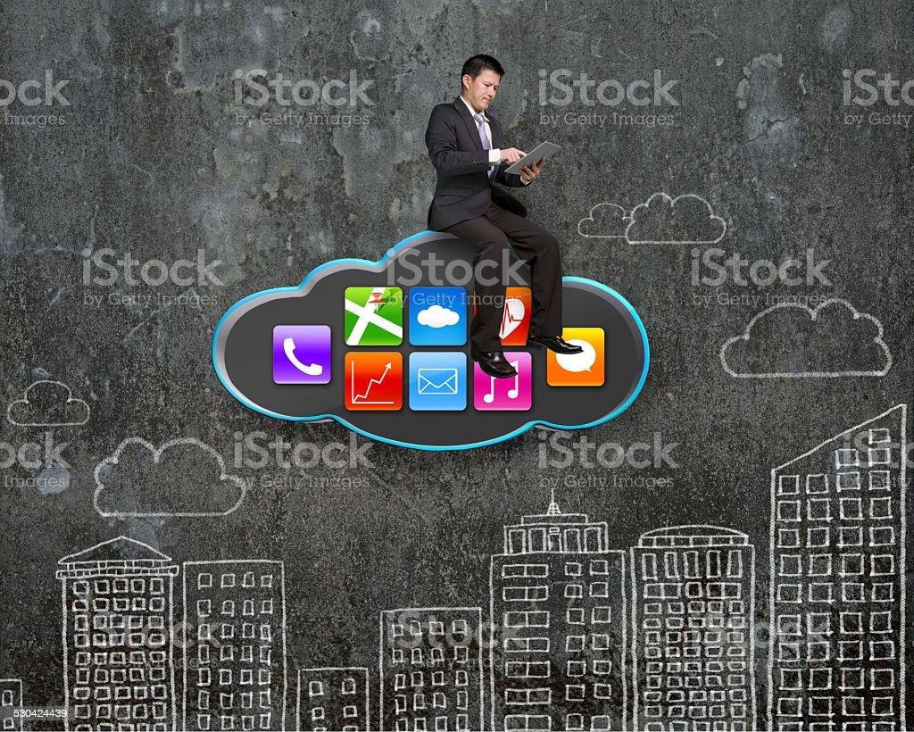 Geschäftsmann mit tablet-PC auf schwarze mit app-Symbol – Foto