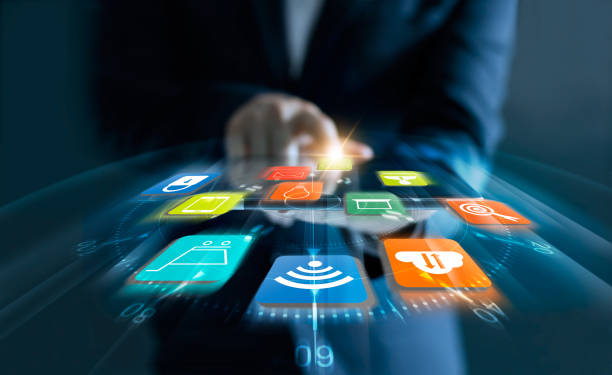 Hombre de negocios usando tableta pagos de compras en línea con velocidad los iconos cliente y datos de conexión de red en la pantalla virtual. - foto de stock