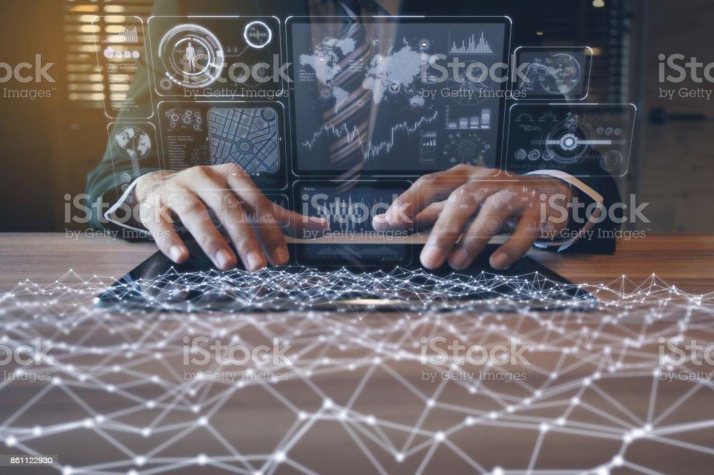 homem de negócios usando o tablet PC e o conceito de tecnologia de comunicação de informações. IoT (Internet das coisas). GUI (interface gráfica do usuário). escritório sem papel. - foto de acervo