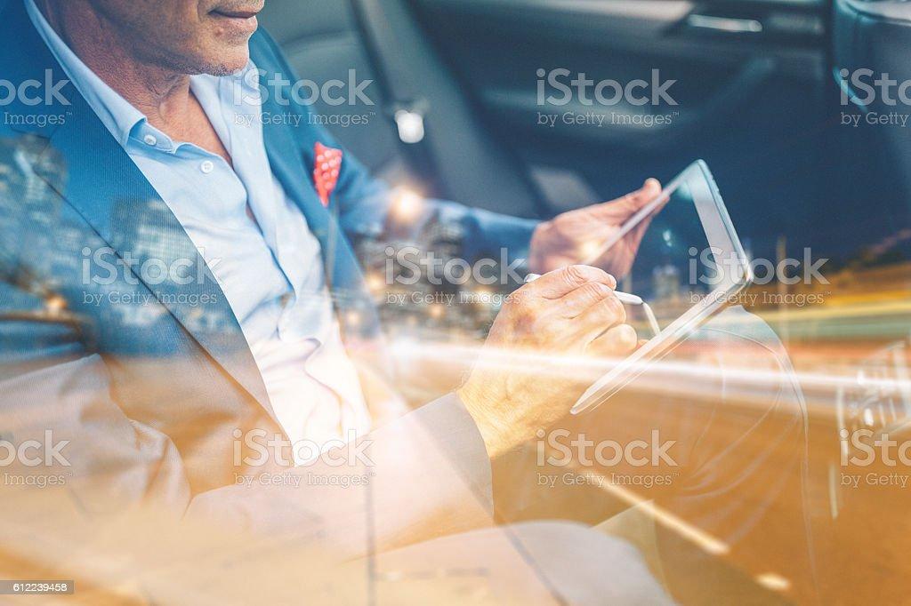 Businessman using tablet pc in car - Lizenzfrei Abstrakt Stock-Foto
