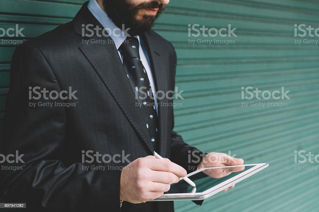 Empresário usando tablet  - foto de acervo