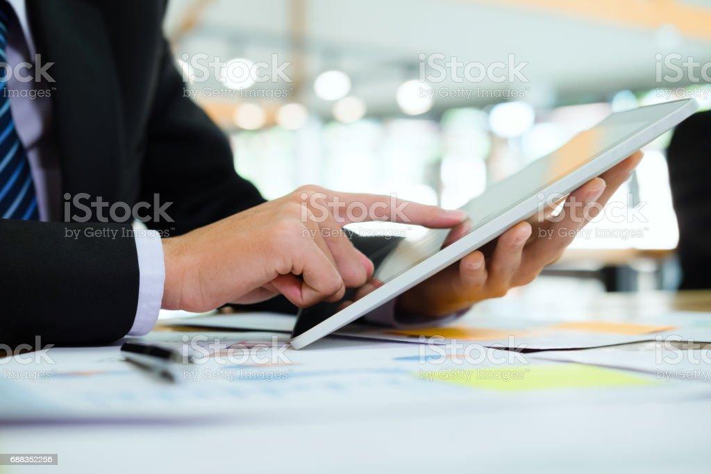 Geschäftsmann mit einem tablet arbeitet  – Foto