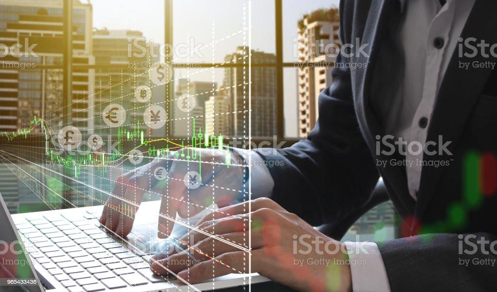 homme d'affaires à l'aide de l'ordinateur portable et le marché boursier ou le graphique forex - Photo de Abstrait libre de droits