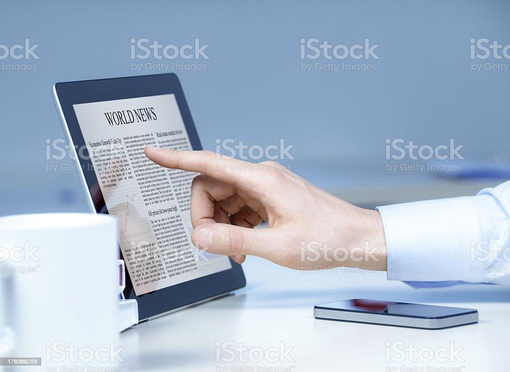 Geschäftsmann Touchscreen-Gerät mit – Foto