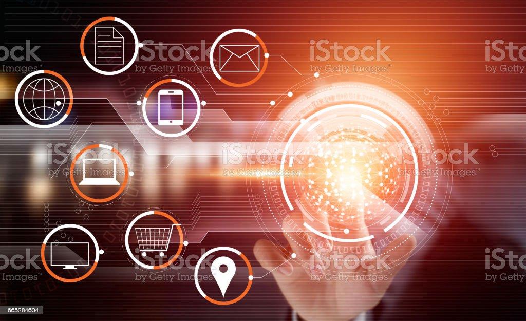Homem de negócios usando tocando círculo rede global pagamentos de compras online e conexão de cliente ícone no canal virtual da tela, m-banking, multicanal e omni - foto de acervo