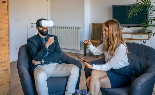 Geschäftsmann mit Virtual-Reality-Brille – Foto