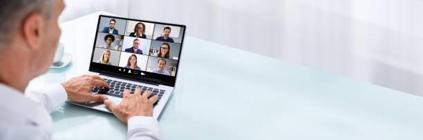Geschäftsmann Videokonferenzen mit Kollegen auf Laptop – Foto