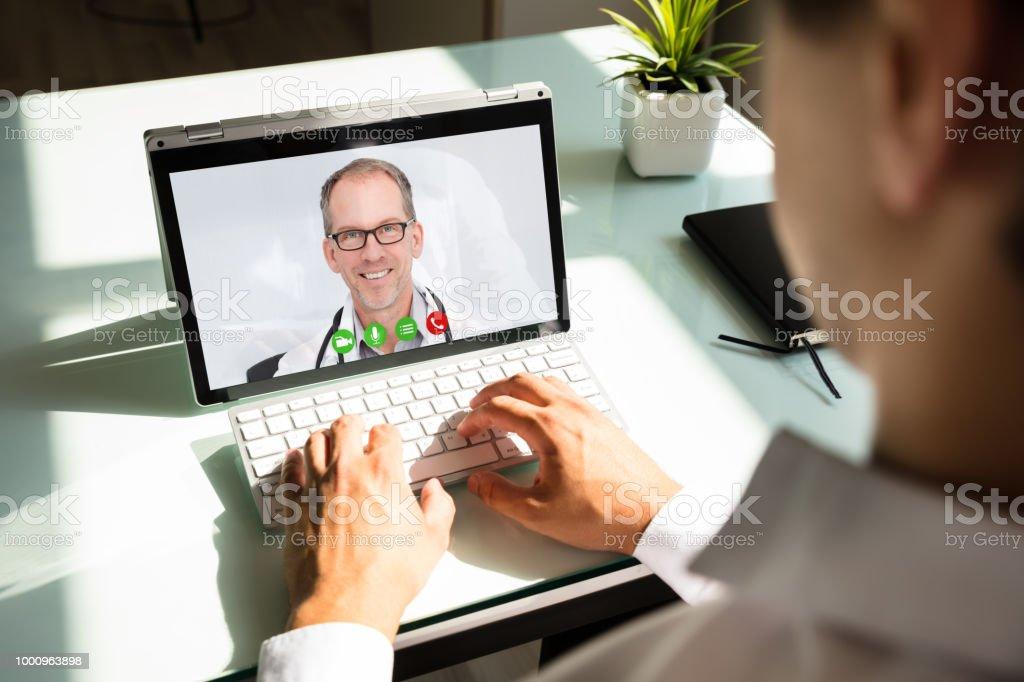 Geschäftsmann Videokonferenzen mit Arzt auf laptop – Foto