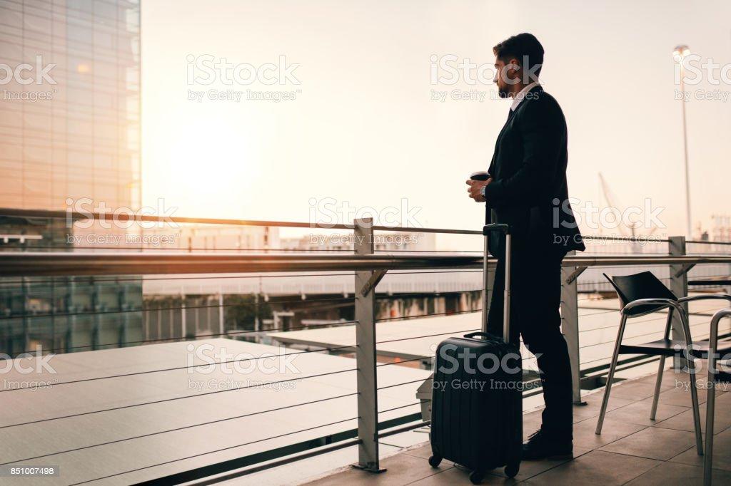 Empresario espera su vuelo en el salón del aeropuerto - foto de stock