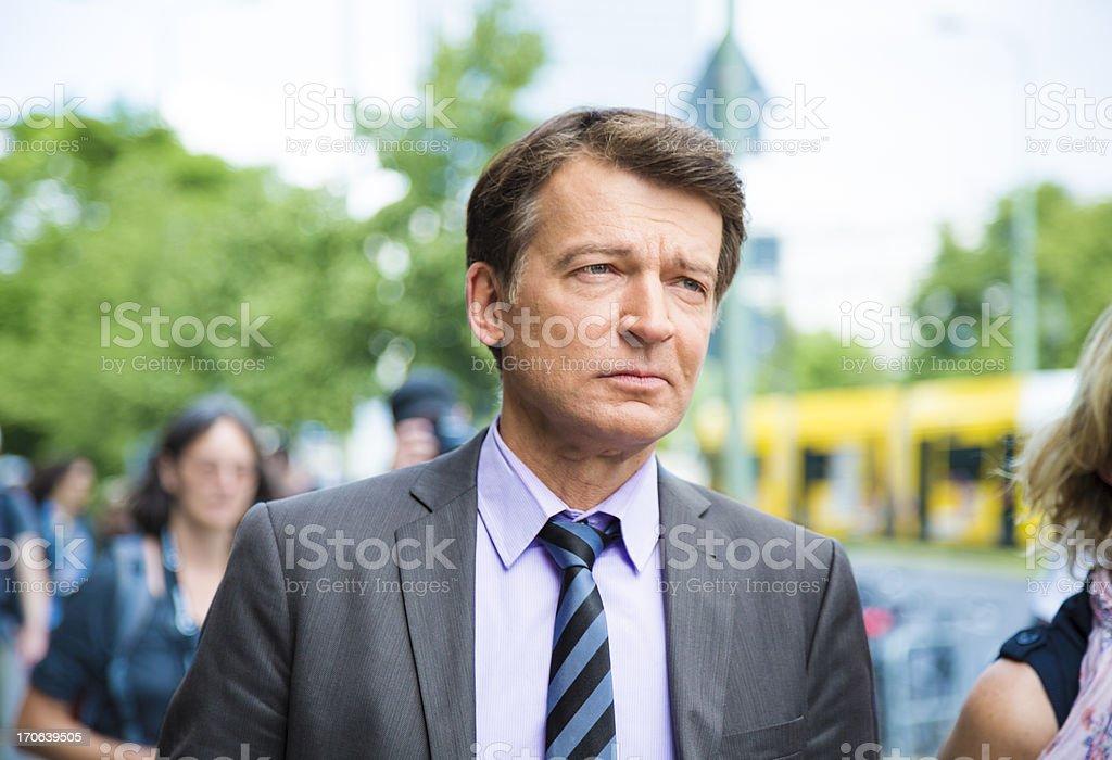 Geschäftsmann zu Fuß auf der Straße in Berlin – Foto