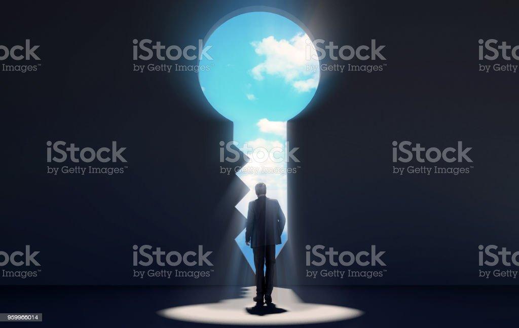 Geschäftsmann Schlüssel im dunklen Raum durchschreiten geformte Tür offenbart blauen Himmel für neue Möglichkeiten – Foto