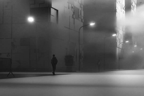 空の未来的な通りを歩くビジネスマン - 都市 モノクロ ストックフォトと画像