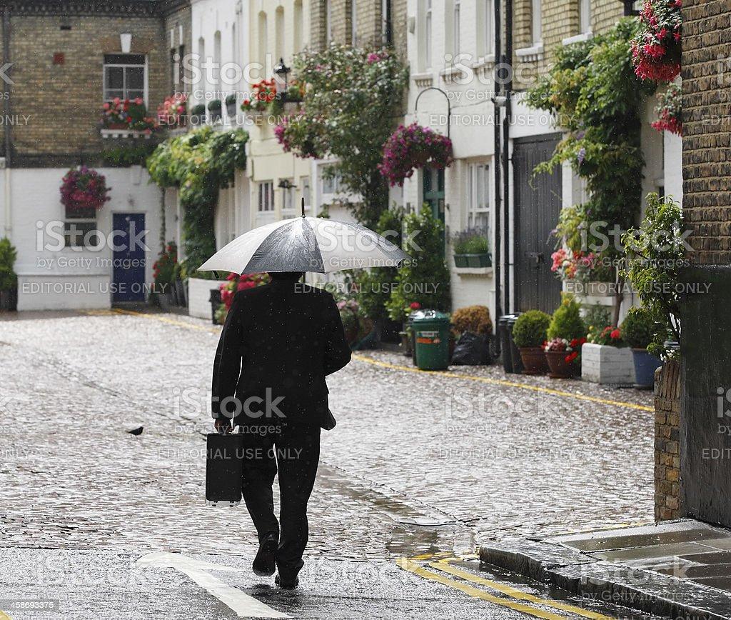 Geschäftsmann zu Fuß in London regnet, – Foto