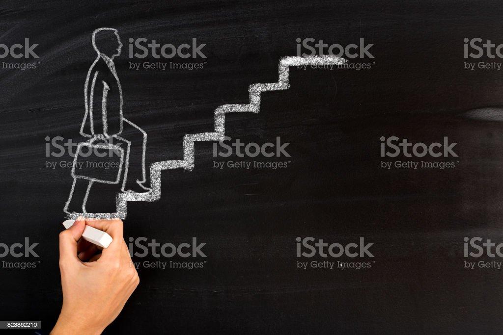 Empresário andando com desenho de escada - foto de acervo