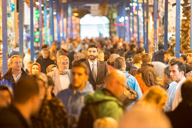 uomo d'affari a piedi attraverso bazaar - bazar mercato foto e immagini stock