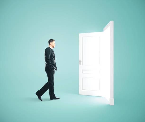 Geschäftsmann zu Fuß zur geöffneten Tür. – Foto