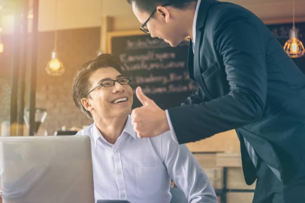 Geschäftsmann wurde von seinem Chef, erfolgreich gearbeitet, ein Daumen-hoch und Komplimente gegeben. – Foto