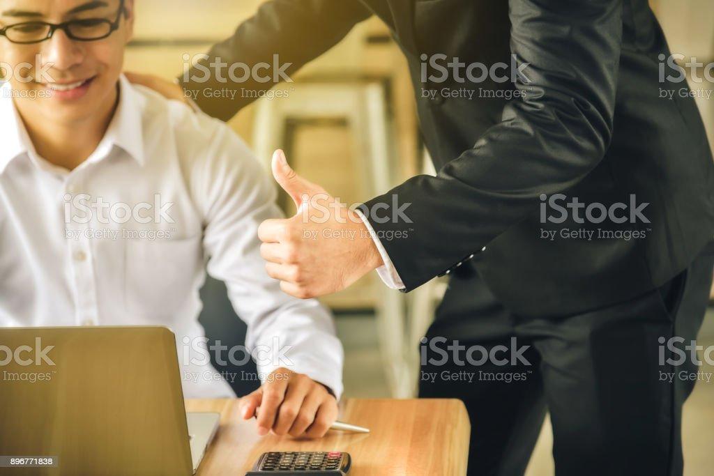 Geschäftsmann wurde von seinem Chef, erfolgreich gearbeitet, ein Daumen-hoch und Komplimente gegeben. Konzentrieren sich auf den Daumen – Foto