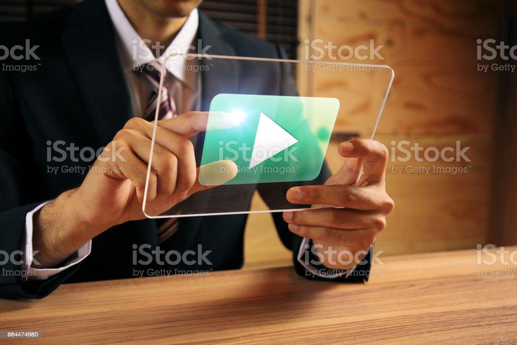 empresário, assistindo a um filme com tablet transparente. - foto de acervo