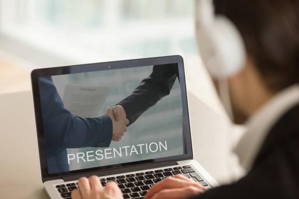 Homme d'affaires regarder la présentation de l'entreprise, en regardant portable sc - Photo