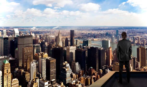 Geschäftsmann beobachtet New York City auf dem Dach des Wolkenkratzers – Foto