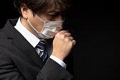 医療マスクを身に着けているビジネスマン