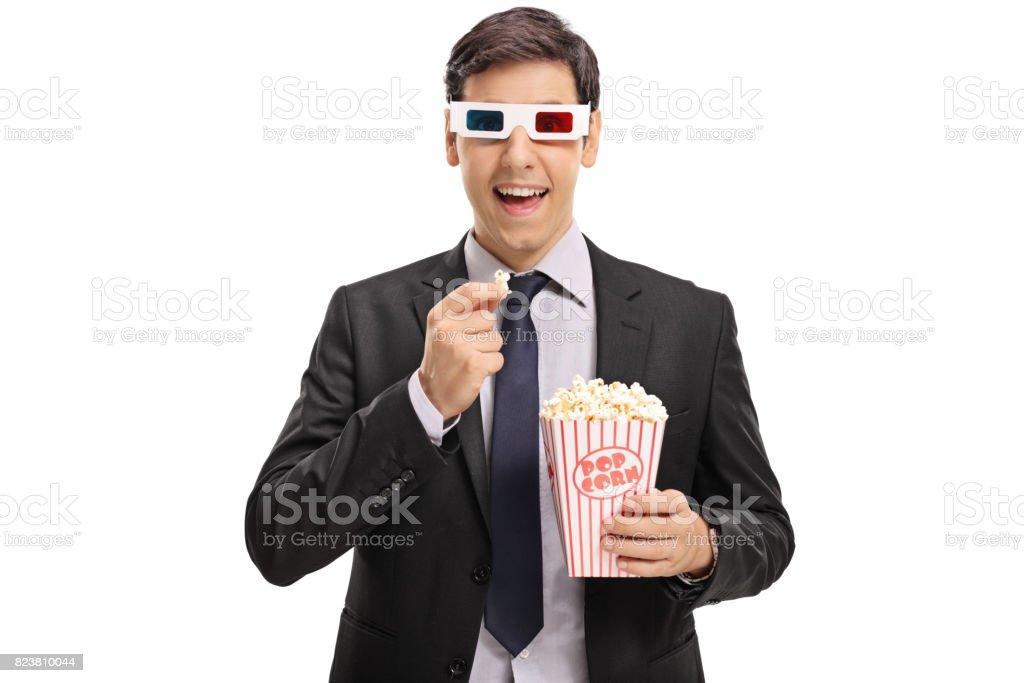 Homme d'affaires portant une paire de lunettes 3D et avoir des pop-corn - Photo