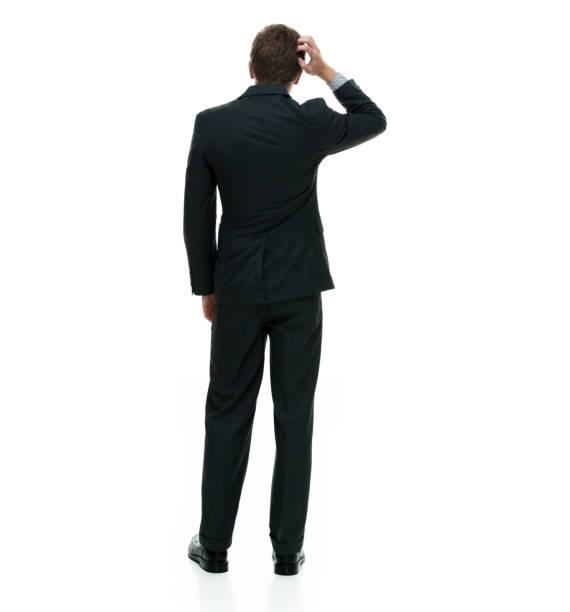 Geschäftsmann trägt einen Anzug mit Krawatte und steht auf weißem Hintergrund – Foto