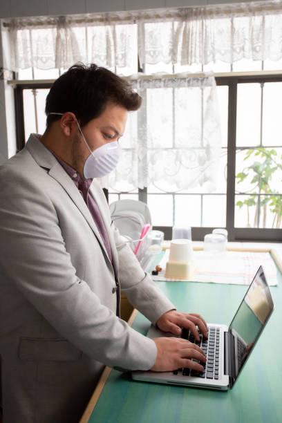 hombre de negocios con su máscara antivirus n95 - gerardo huitrón fotografías e imágenes de stock