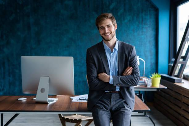 Geschäftsmann im modernen Anzug und steht in einem modernen Büro. – Foto