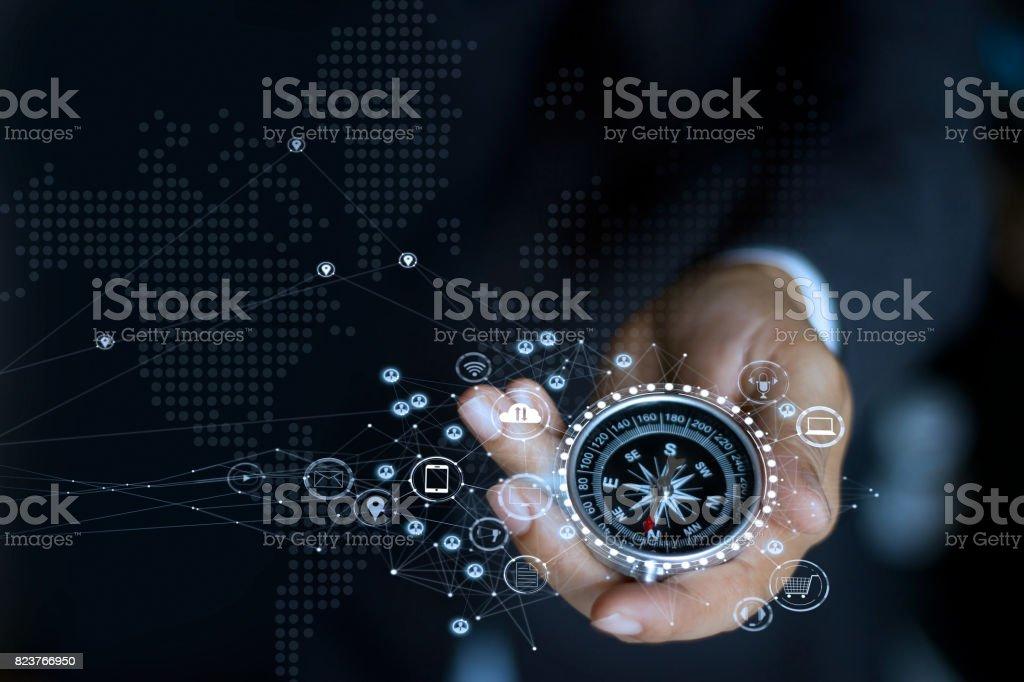 Homme d'affaires avec une boussole tenant dans la main. Définir la direction marketing et recherche client global network - Photo