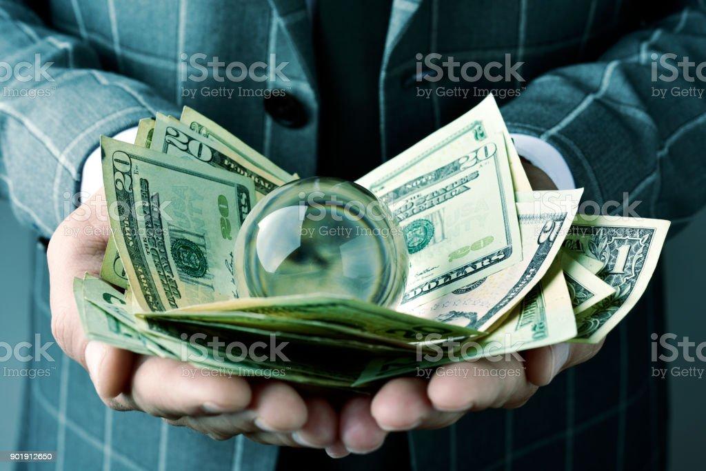 homme d'affaires avec une boule de cristal et de billets d'un dollar photo libre de droits