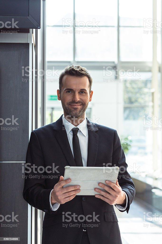Empresário com um tablet digital foto royalty-free