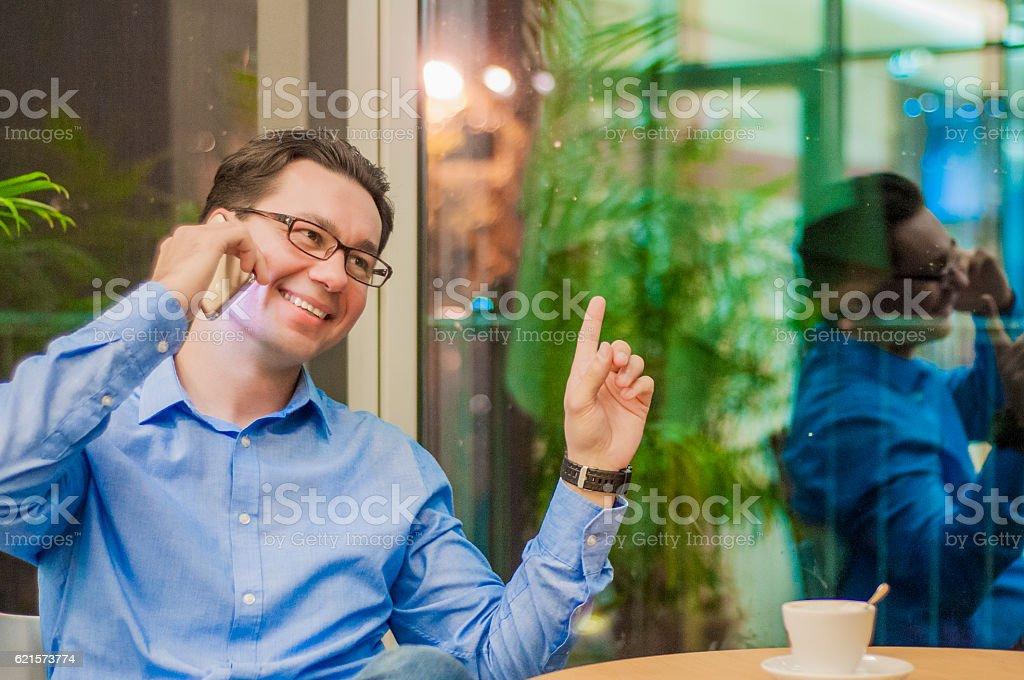 Businessman with a mobile-phone shows his hand to the side. photo libre de droits