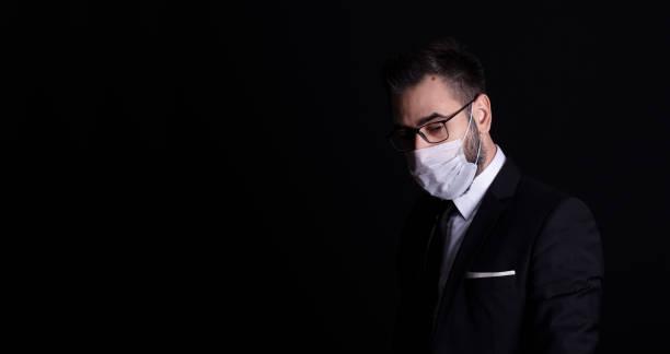 Geschäftsmann mit einer Verschmutzungsmaske gegen Grippe oder Virus – Foto