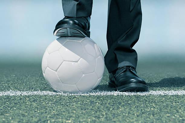 Geschäftsmann mit einem Fußball-ball – Foto