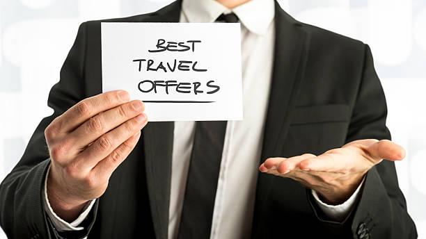 hombre de negocios con mejor viaje ofrece textos en papel - agente de viajes fotografías e imágenes de stock