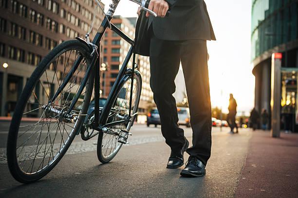 Geschäftsmann mit Fahrrad – Foto