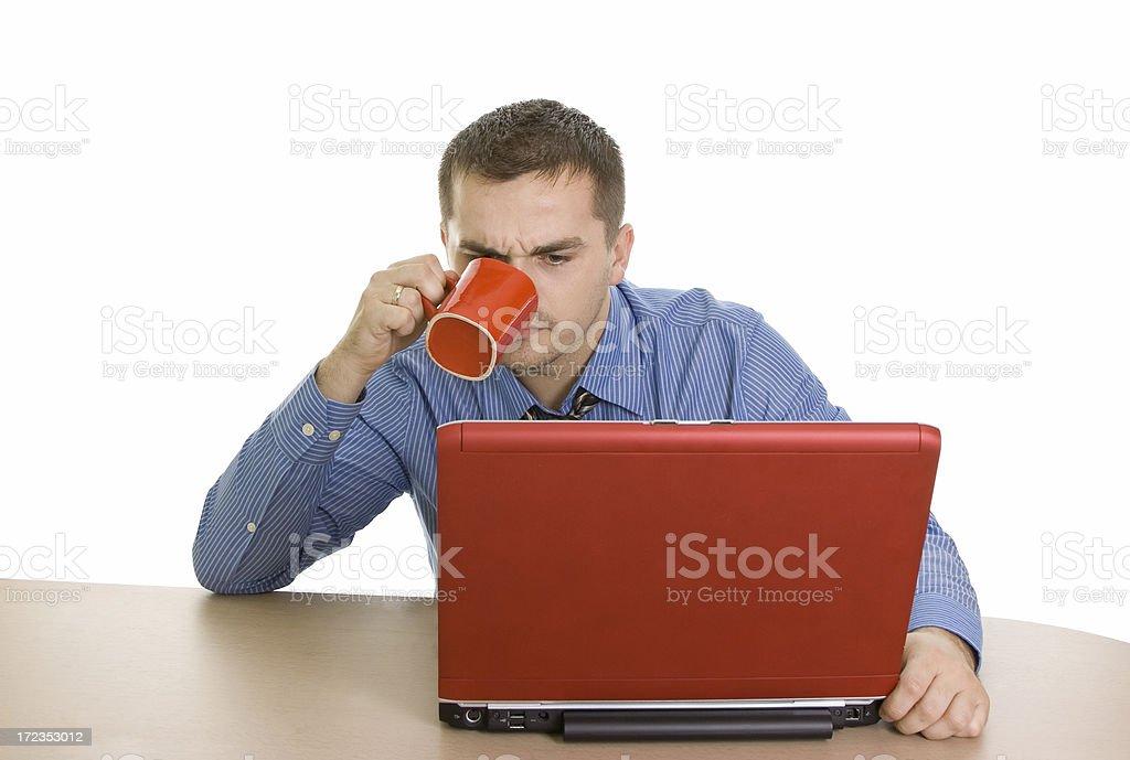 Hombre de negocios con un café y portátil Aislado en blanco foto de stock libre de derechos