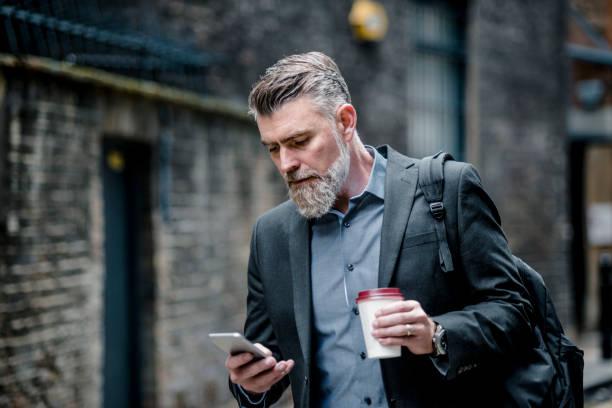 Geschäftsmann mit Kaffee und smart phone – Foto