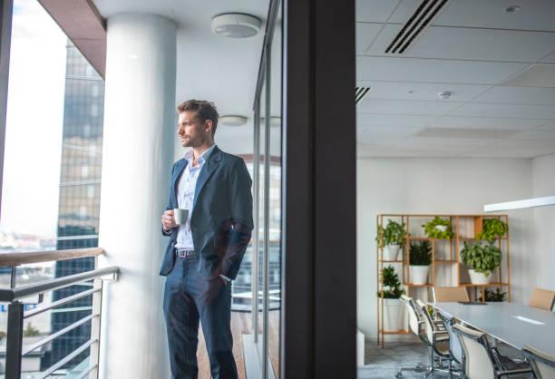 Geschäftsmann mit Kaffee Blick auf die Aussicht – Foto