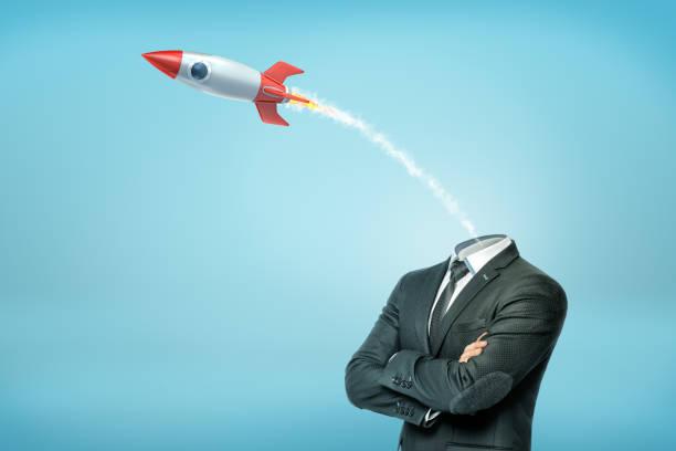 一個有交叉手臂的商人, 還有一個小的發射的舊校火箭, 而不是他的頭。 - 被砍頭 個照片及圖片檔