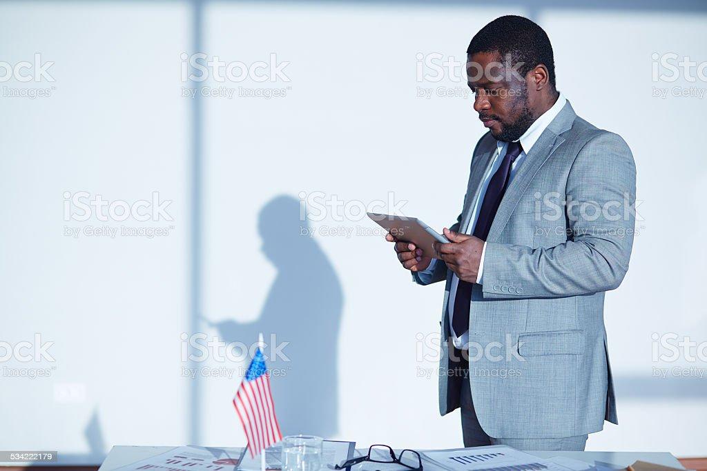 Geschäftsmann mit digitalen tablet Lizenzfreies stock-foto