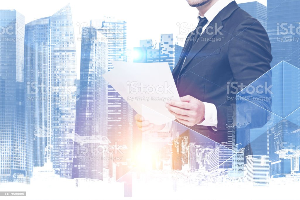 Geschäftsmann mit Dokumenten in blaue Stadt – Foto