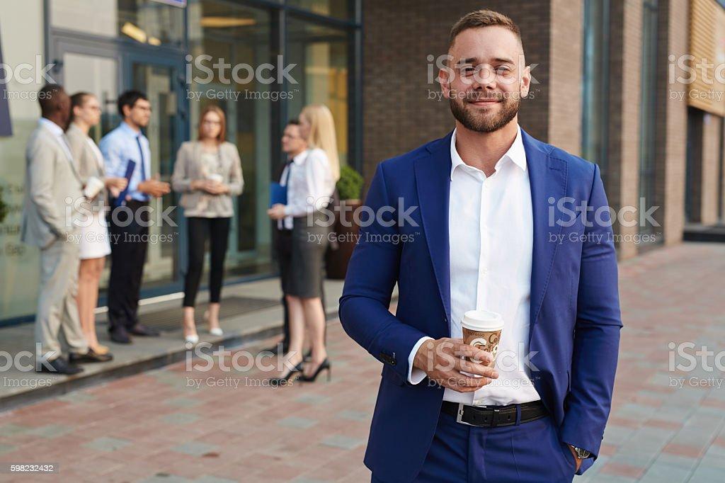 Empresário com bebida foto royalty-free