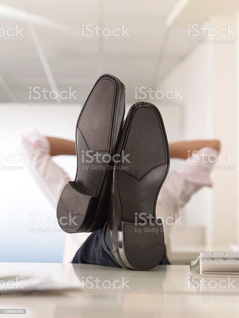 Geschäftsmann mit Beine hoch auf dem Schreibtisch – Foto